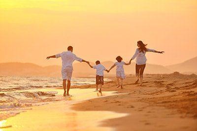 terapia psicologica de familia, paseo por la playa familiar